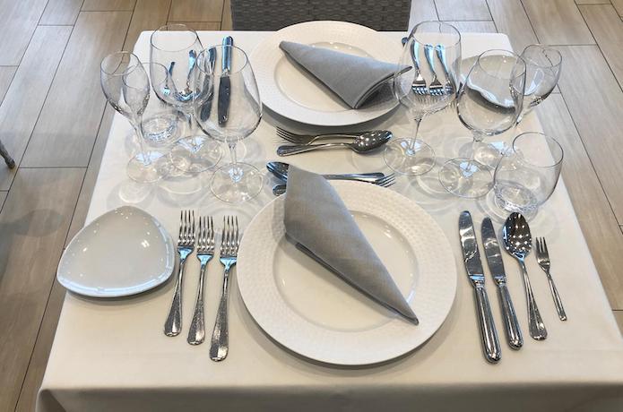 Dresser une table contemporaine ou classique swiss wine - Place du verre a eau sur une table ...